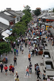 Ludzie w starym Dali ulicznym miasteczku Zdjęcia Stock