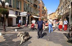 Ludzie w Starym miasteczku Ładny, Francja Obrazy Royalty Free