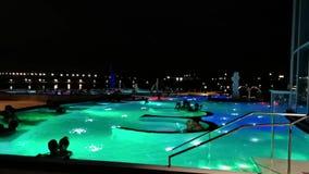 Ludzie w termicznym basenie plenerowym w nocy przy Therme Bucharest, Rumunia zdjęcie wideo