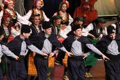 Ludzie w tradycyjnych folklor?w kostiumach wykonuj? ludowego tana Bu?garski Horo fotografia royalty free