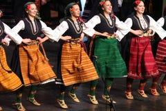 Ludzie w tradycyjnych folklor?w kostiumach wykonuj? ludowego tana Bu?garski Horo zdjęcia royalty free