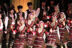 Ludzie w tradycyjnych folklor?w kostiumach wykonuj? ludowego tana Bu?garski Horo obraz royalty free