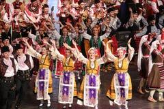 Ludzie w tradycyjnych folklor?w kostiumach wykonuj? ludowego tana Bu?garski Horo obrazy royalty free
