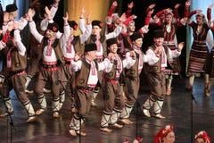 Ludzie w tradycyjnych folklor?w kostiumach wykonuj? ludowego tana Bu?garski Horo fotografia stock