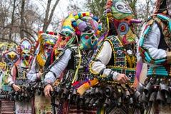 Ludzie w tradycyjnych karnawałowych kuker kostiumach przy Kukeri festiwalu kukerlandia Yambol, Bułgaria Obraz Stock
