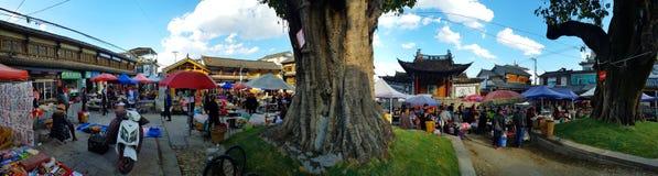 Ludzie w tradycyjnym odziewają przy rynkiem w wiosce Yunnan, Chiny obrazy stock
