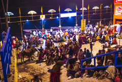 Ludzie w Varanasi w religijnej płuczkowej ceremonii Zdjęcie Royalty Free