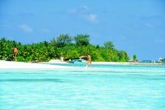 Ludzie w wakacje przy raj wyspą, Maldives Marzec 2012 Obraz Royalty Free