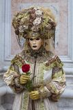 Ludzie w Weneckim Karnawałowym kostiumu w kolorowym karnawałowym kostiumu Wenecja i masce zieleni i złota Obraz Stock