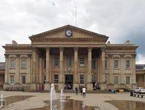 ludzie w ?wi?tobliwym Georges obciosuj? Huddersfield przed fasad? historyczny wiktoria?ski dworzec fotografia royalty free