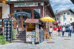 Ludzie w zakupy uliczny Schonau am Konigssee blisko Berchtesgaden, Niemcy zdjęcie royalty free