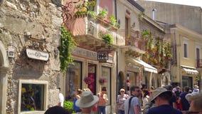 Ludzie w zatłoczonej pogodnej ulicie popularny wygodny miasteczko Taormina w Sicily zbiory