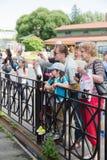 Ludzie w zoo blisko klatek z drapieżnikami Obrazy Stock