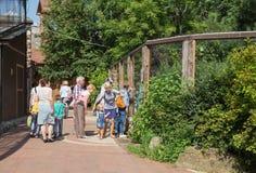 Ludzie w zoo na letnim dniu Zdjęcia Royalty Free