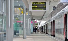 Ludzie wainting dla ich pociągu przy stacją w Ghent, Belgia Obraz Royalty Free