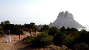 Ludzie waliking wzdłuż naturalnego parka dzwonili Es Vedrat i sławna duża góra przy tłem zdjęcia stock