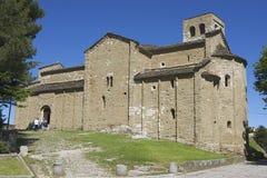 Ludzie wchodzić do średniowieczną katedrę San Leo w San Leo, Włochy Zdjęcia Stock