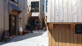 Ludzie wchodzić do kawy i cukierki sklep w Kamakura zbiory