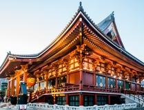 Ludzie wchodzić do Sensoji świątyni Głównego budynek fotografia royalty free
