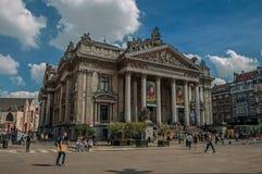 Ludzie wewnątrz stać na czele Brukselskiego giełda papierów wartościowych budynek Zdjęcie Stock