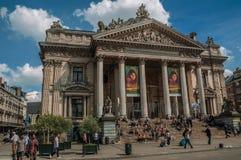 Ludzie wewnątrz stać na czele Brukselskiego giełda papierów wartościowych budynek Fotografia Royalty Free