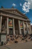Ludzie wewnątrz stać na czele Brukselskiego giełda papierów wartościowych budynek Obrazy Stock