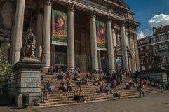 Ludzie wewnątrz stać na czele Brukselskiego giełda papierów wartościowych budynek Zdjęcia Royalty Free
