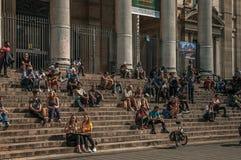 Ludzie wewnątrz stać na czele Brukselskiego giełda papierów wartościowych budynek Fotografia Stock