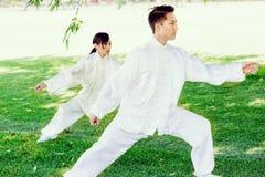 Ludzie ćwiczy tajlandzkiego chi w parku Fotografia Royalty Free