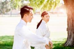 Ludzie ćwiczy tajlandzkiego chi w parku Obraz Stock