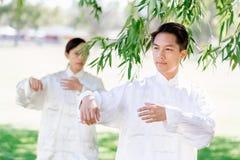 Ludzie ćwiczy tajlandzkiego chi w parku Zdjęcia Stock