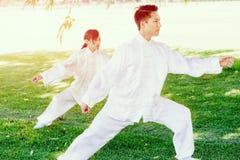 Ludzie ćwiczy tajlandzkiego chi w parku Zdjęcie Stock