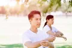 Ludzie ćwiczy tajlandzkiego chi w parku Obrazy Royalty Free
