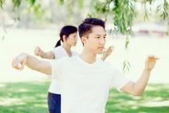 Ludzie ćwiczy tajlandzkiego chi w parku Fotografia Stock