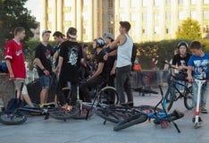 Ludzie wiesza wokoło, rowerzysty gangu melina Młode chłopiec wiszące przy łyżwowym miejscem out Rosja Petersburg Lato 2017 zdjęcia stock