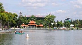 Ludzie wioślarskiej łodzi przy miasto parkiem w Angiang, Wietnam Fotografia Royalty Free