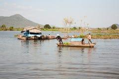 Ludzie wiosłuje wiosła stoi na łodzi Obraz Royalty Free