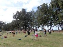 Ludzie wirują hula obręcze podczas plenerowej hooping klasy Zdjęcie Stock