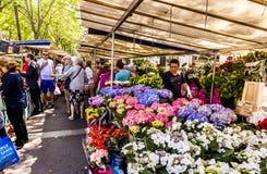 Ludzie wizyta rolników wprowadzać na rynek w Chaillot, Paryż Obraz Stock