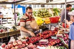 Ludzie wizyta rolników wprowadzać na rynek w Chaillot, Paryż Zdjęcie Stock