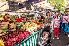 Ludzie wizyta rolników wprowadzać na rynek w Chaillot, Paryż Zdjęcia Stock