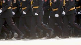 Ludzie wojskowego uniformu marszu nogi bereta osoby wolny mo walczą daleko kroka wzdłuż drogi zdjęcie wideo
