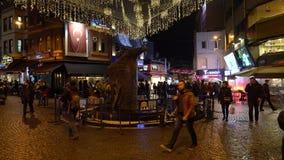 Ludzie wokoło orzeł statuy w Besiktas kwadracie, symbol Besiktas piłki nożnej drużyna zbiory