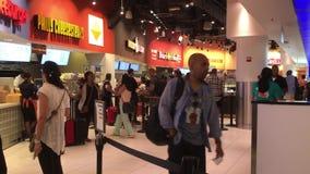 Ludzie wokoło karmowych sprzedawców zdjęcie wideo