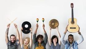 Ludzie wpólnie trzyma muzycznych instrumenty wpólnie zdjęcia stock
