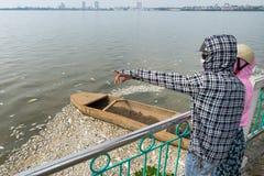 Ludzie wskazuje gromadzić nieboszczyk ryba na Zachodnim jeziorze Tay Ho, Hanoi, Wietnam w Oct 2016 Zdjęcie Stock