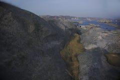 Ludzie wspina się mech na wyspie i skały obrazy stock