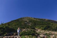 ludzie wspina się na górze i bierze fotografię Obraz Royalty Free