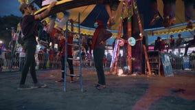 Ludzie wspina się okrąg ławka jadą w Jogjakarta fanfair zbiory wideo