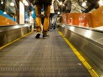 Ludzie wspinaczka eskalatoru na centrum handlowym Cieki, buty, Tylny widok zdjęcie royalty free
